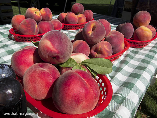 Fresh peaches on display at a farmers market